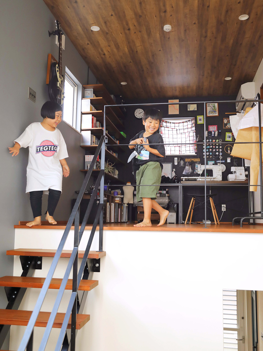 階段の上をオープンスペースにすることで、開放的な空間に。