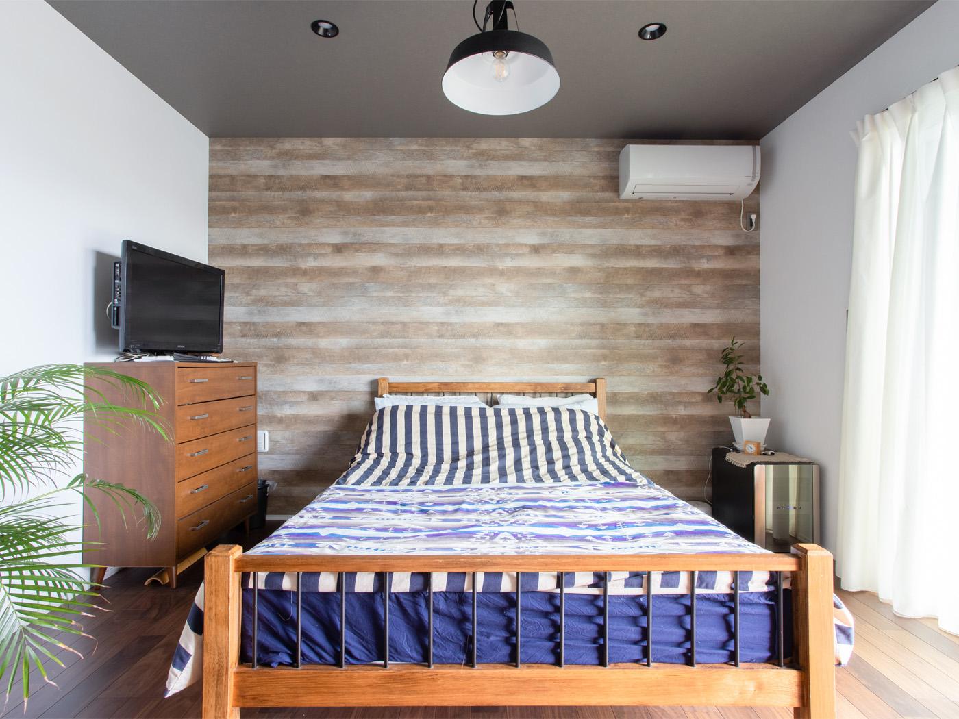 寝室はあえて家具を控えめにし、海外のモダンなホテルのイメージに。