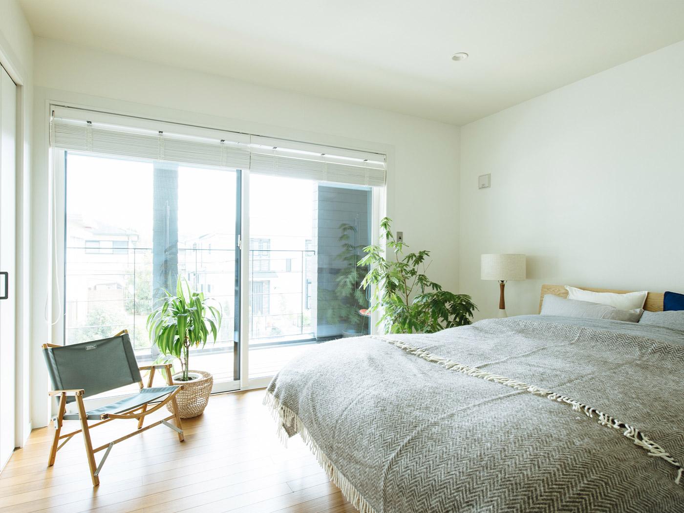 グリーンが映える明るい寝室。