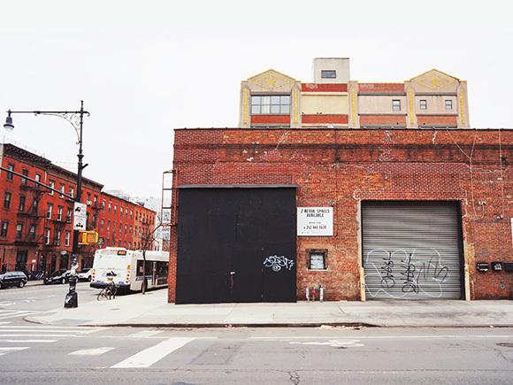 レンガと鉄を組み合わせた倉庫やコンテナハウスも点在する