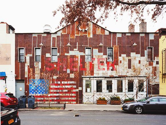 工場跡の建物を改装したレストラン
