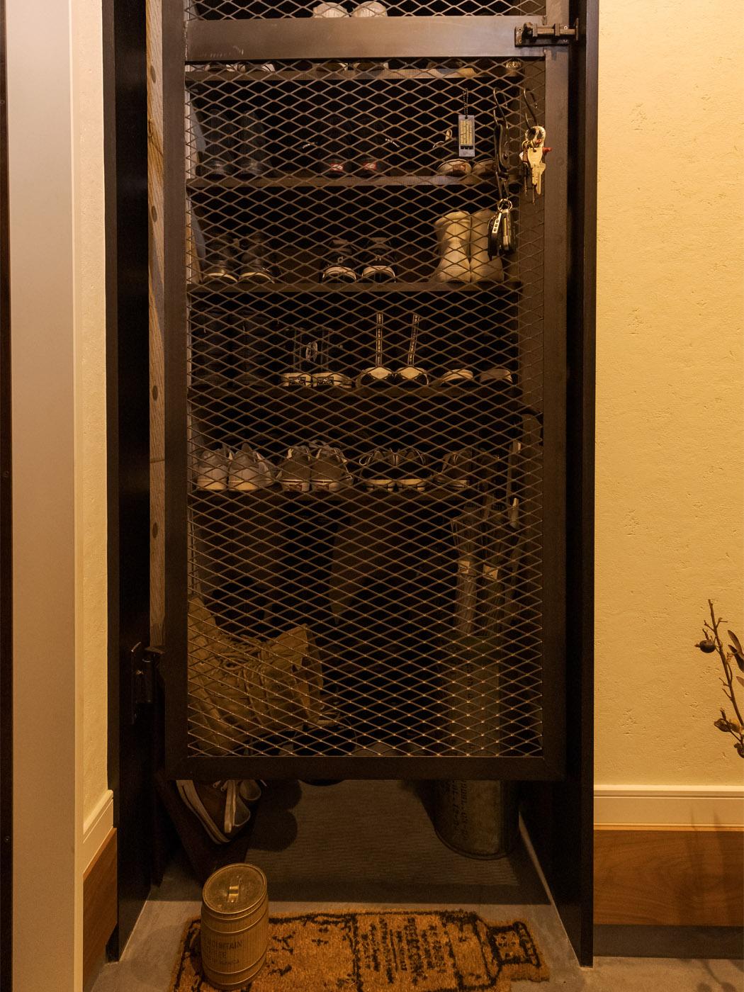 シューズラックにはアイアンフェンスの扉を追加。