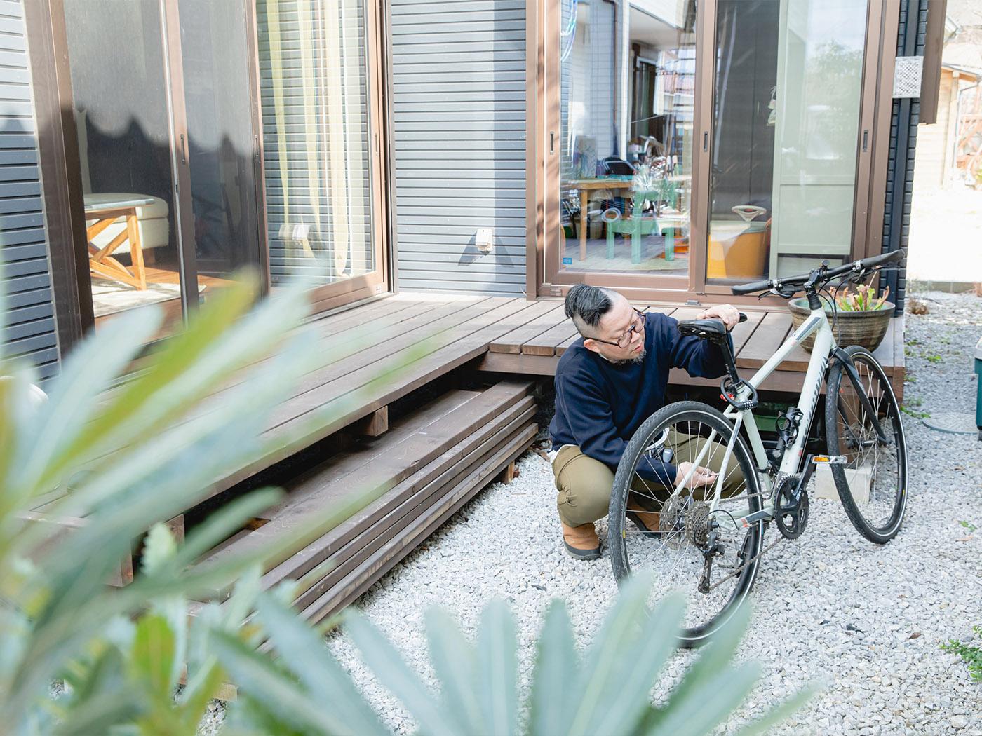 お庭で趣味の自転車いじり