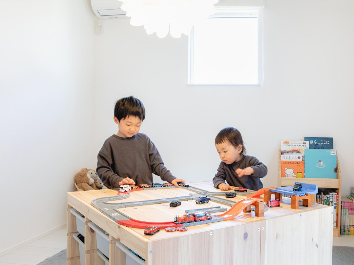 子ども部屋では、おもちゃ収納をテーブル代わりに。