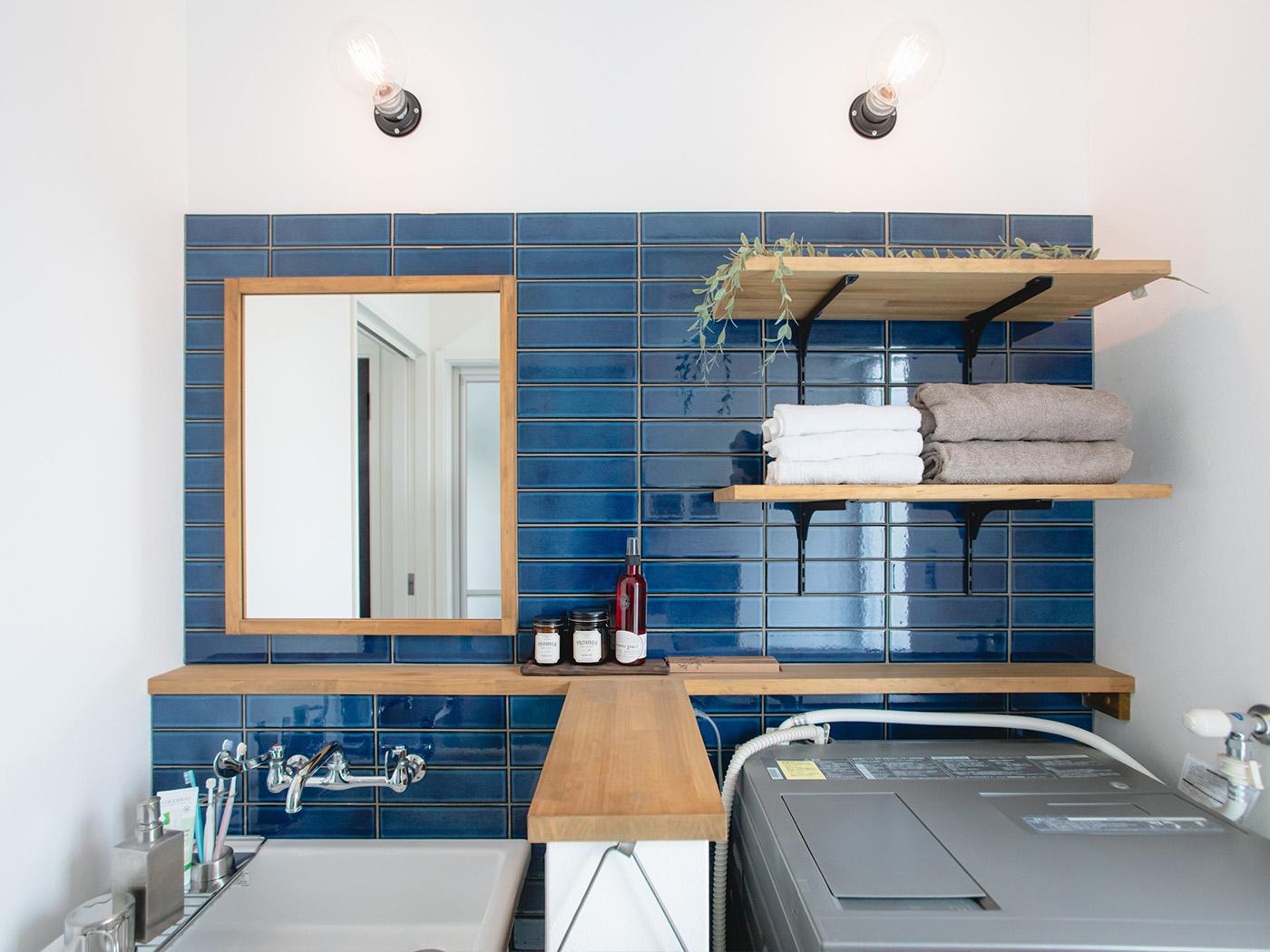 洗面所のタイルの色選びと貼り方には特に時間をかけたそう。