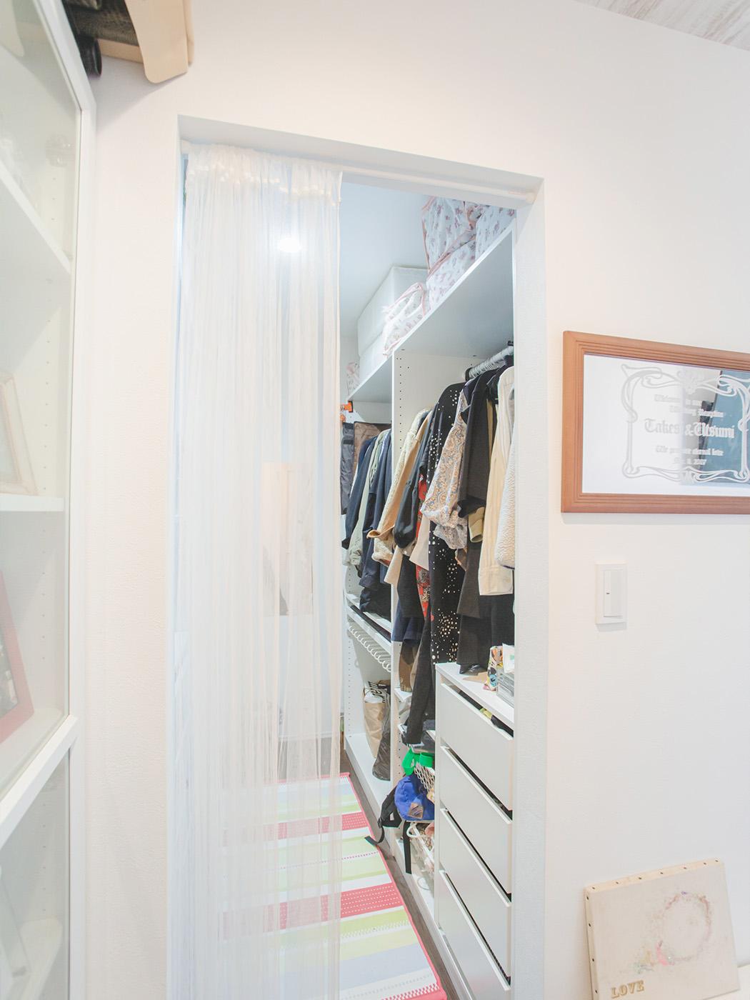 寝室のウォークインクローゼットは家具に合わせて設計。