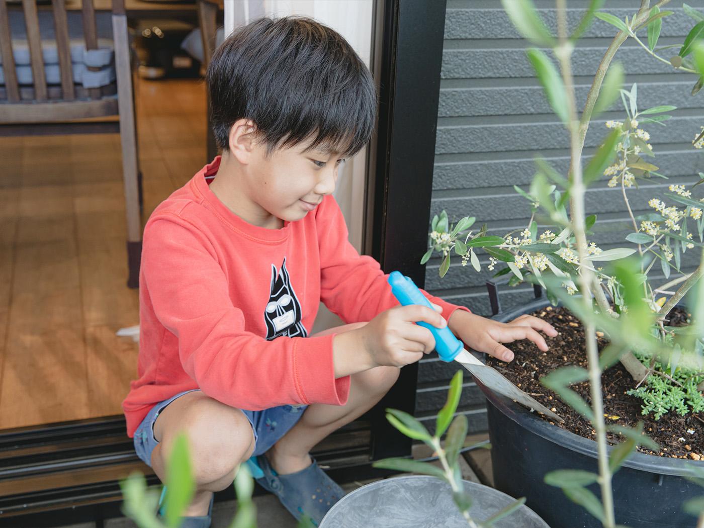 水やりや手入れはお子さんも積極的に参加。