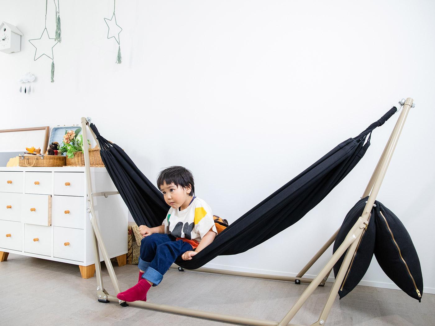 開放的な子ども部屋にはハンモックやたくさんの玩具が!