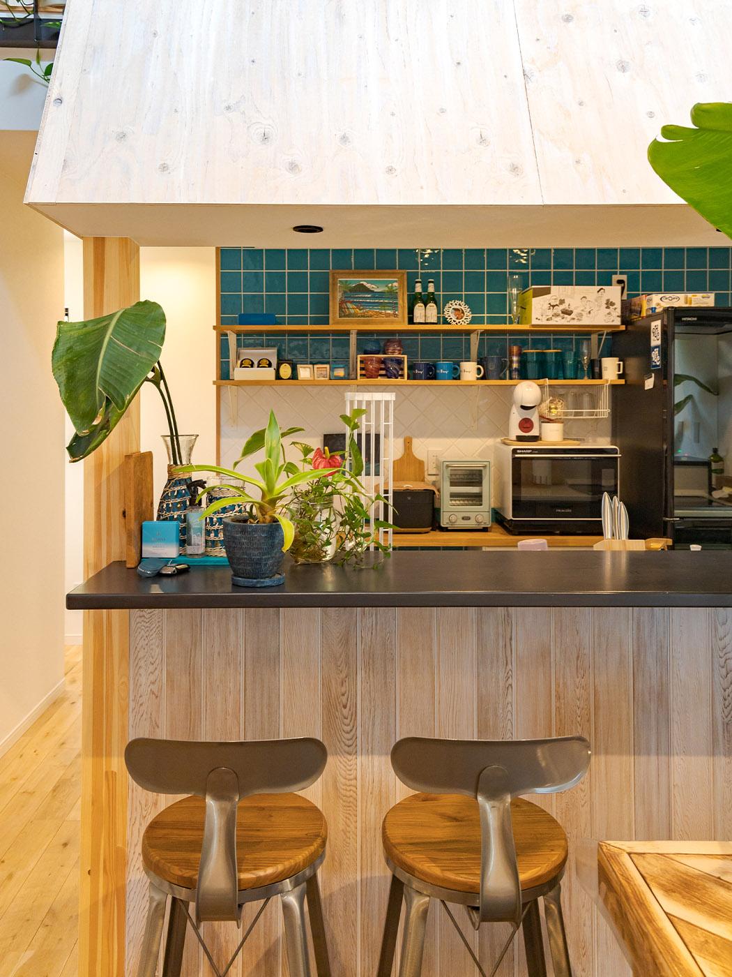 カウンターキッチンも白く塗ってイメージチェンジ。