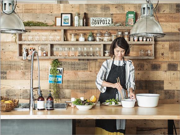 予約制レストラン『HITOTEMA』主催の谷尻直子さん。