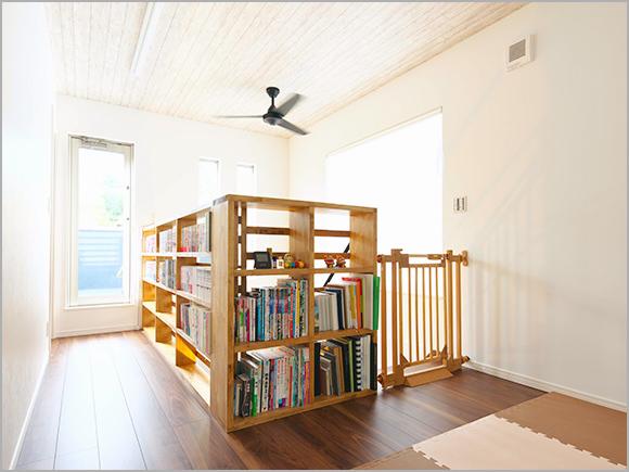 階段を昇った先にはご主人こだわりの本棚が。