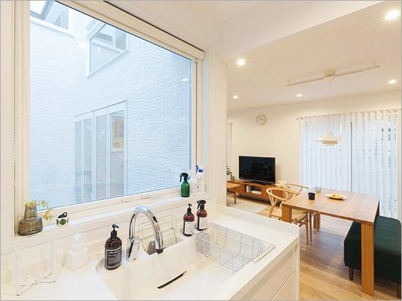 キッチンには中庭を一望できる大きな窓が。