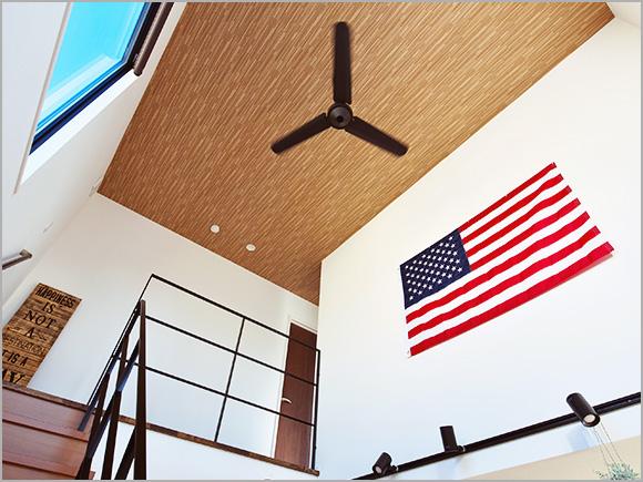 天井のファンや星条旗で西海岸の雰囲気を演出。