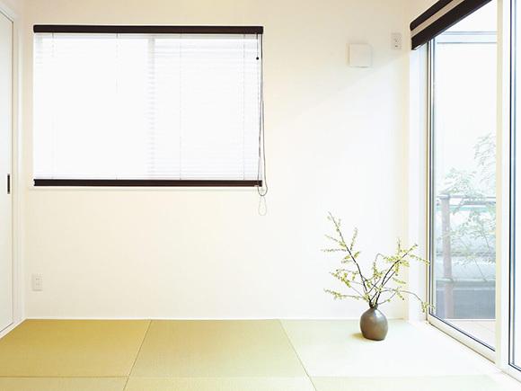 ウッドデッキへつながる和室も日当たり良好。