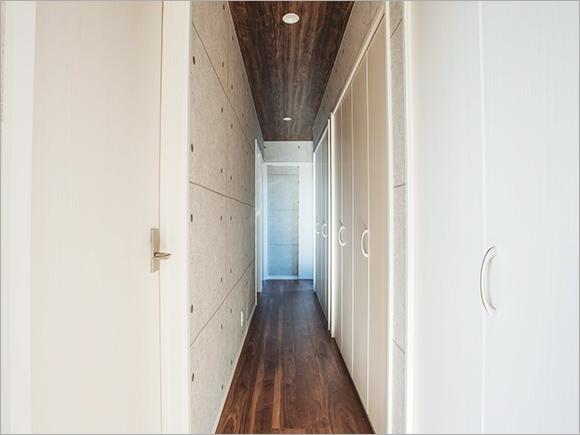 お母様の家側をすべてクローゼットにした2F廊下。