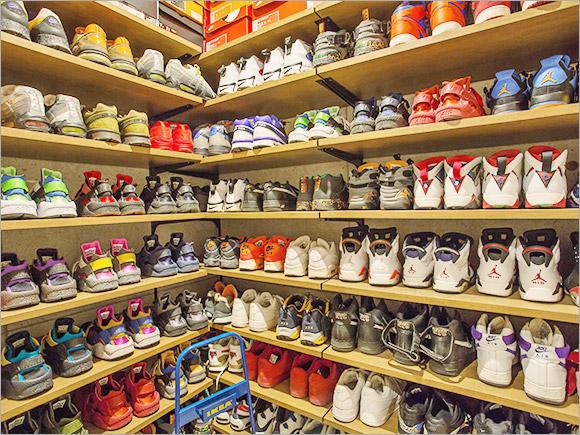 玄関にあるシューズボックスに並べられているスニーカーコレクション。