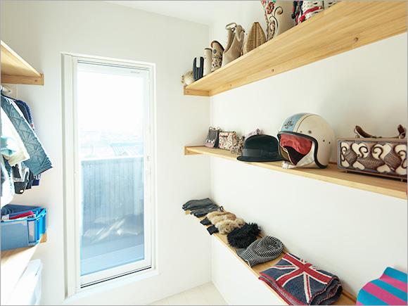 奥さんのコレクションが並ぶクローゼット。