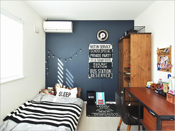 上の息子さんのお部屋は、ネイビーでちょっと大人な印象に。