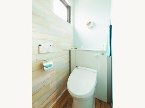 トイレの壁紙もこだわって選んでいます。