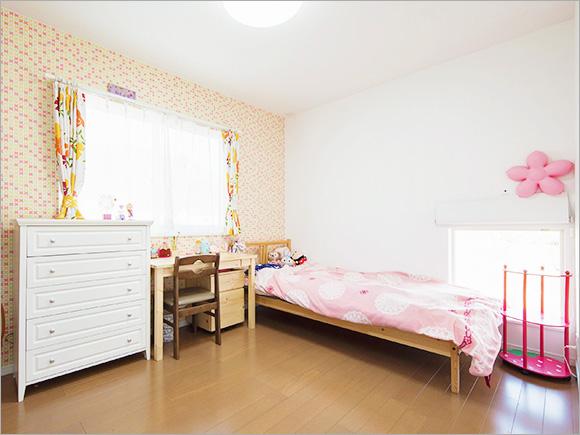 娘さんの部屋はピンクとオレンジを基調に、可愛らしいイメージに。