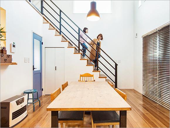 シンプルなリビング空間には、黒いスチール階段がアクセントに。