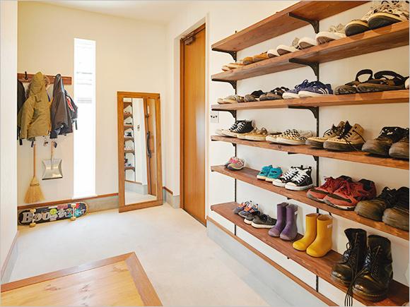 DIYしたという靴棚と、広い土間が印象的な玄関。