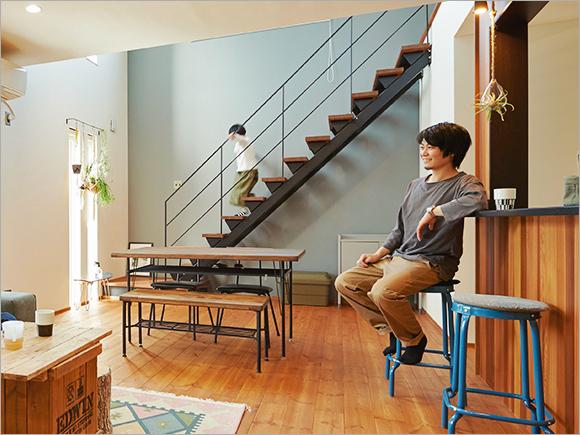 ご主人が熱望したという、リビングの鉄骨階段。