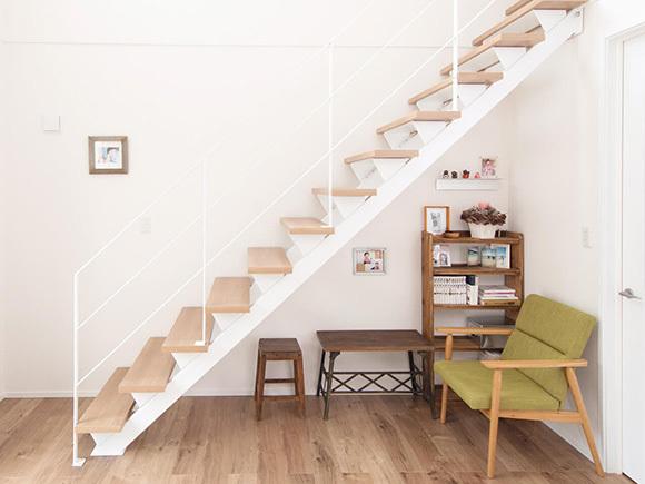 階段下はディスプレイを兼ねた収納スペース。