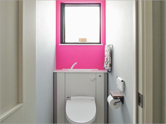 トイレの壁紙は思い切ってショッキングピンクに。
