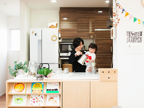 リビングへ向かう対面キッチンは、広々。