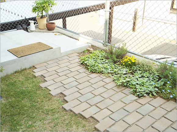 お庭の花壇とレンガは奥様のアイデア