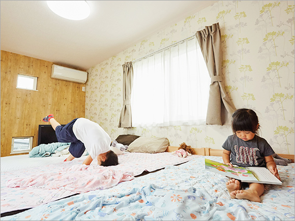 寝室はナチュラルな壁紙