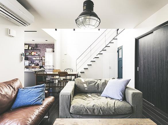 室内はインダストリアルテイストの家具でトーンを統一