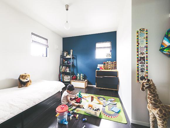 ネイビーのアクセントウォールが印象的な子供部屋