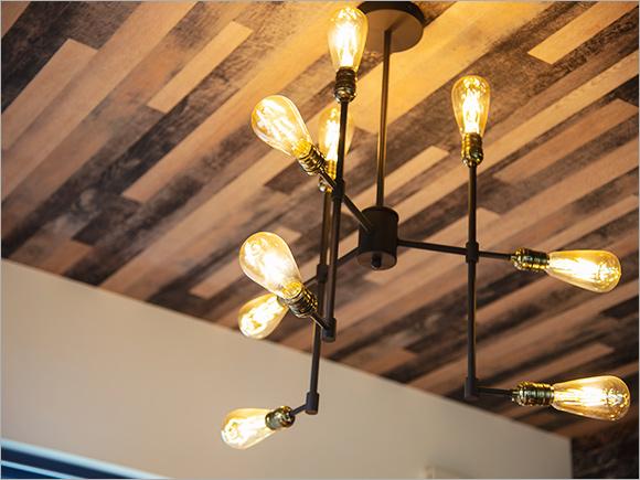 天井の木材に合わせた照明選びはご主人のこだわり