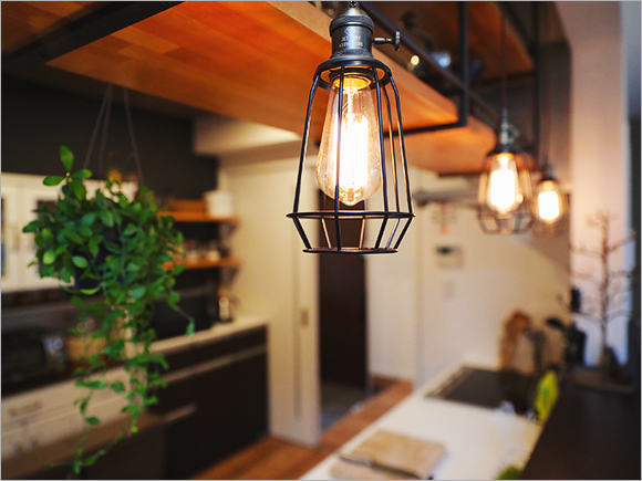 キッチンの吊り下げ棚や造作の棚も奥様のアイデア。