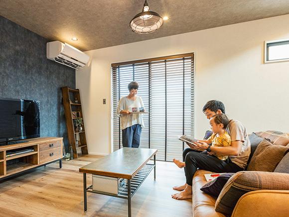 壁面と天井の壁紙は、あえてばらばらに。