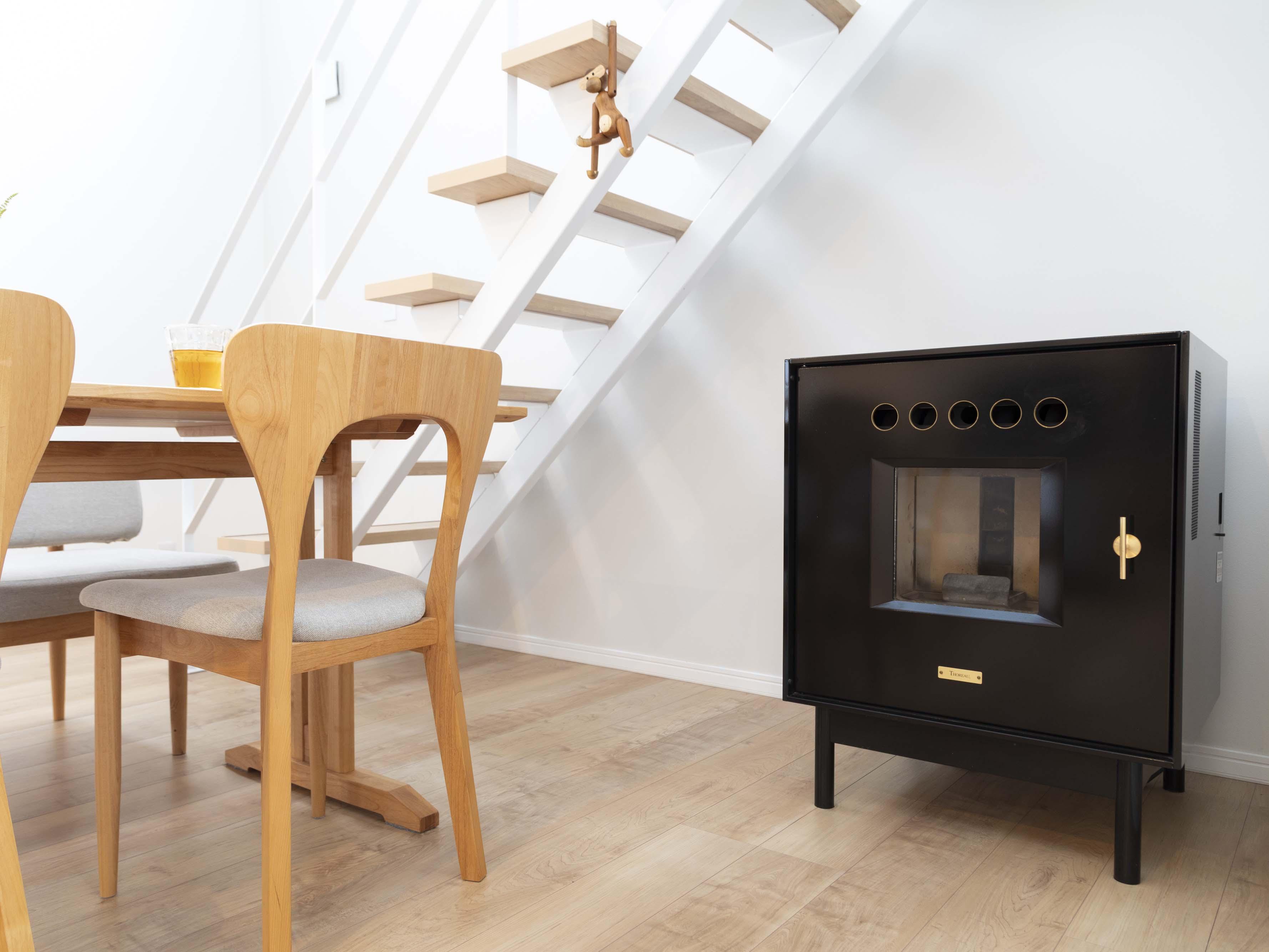 暖炉×スケルトン式の階段×吹き抜けで、家がすぐに暖まるそう。