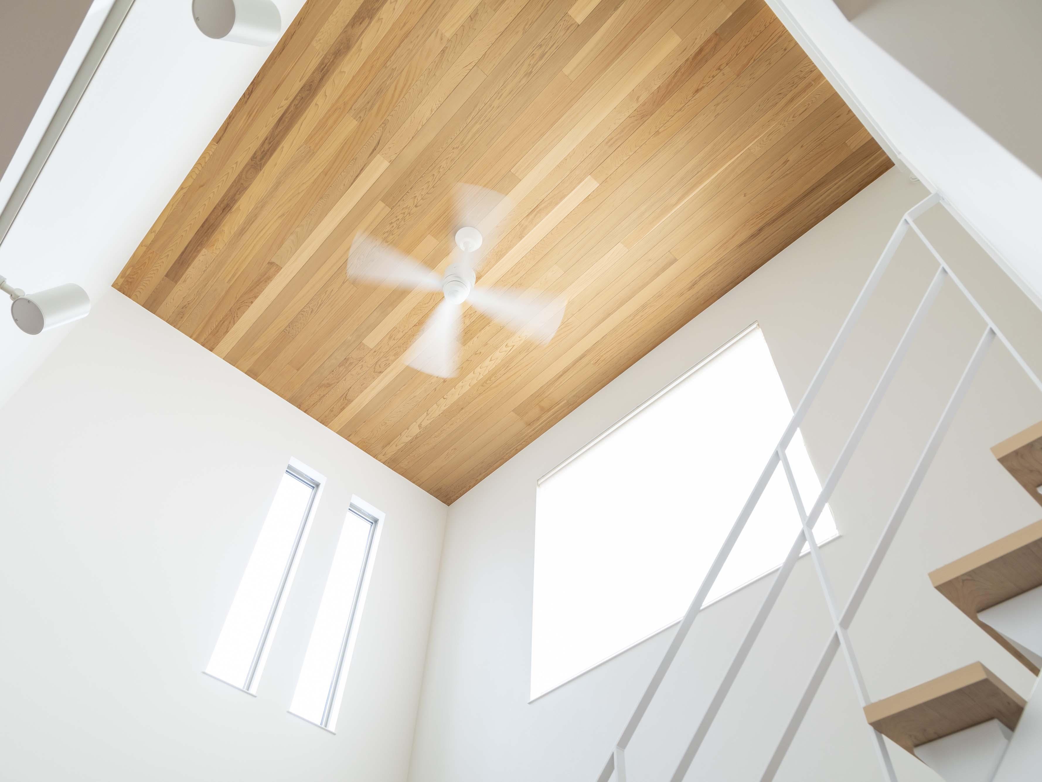 白×木を基調にしたシンプルな空間