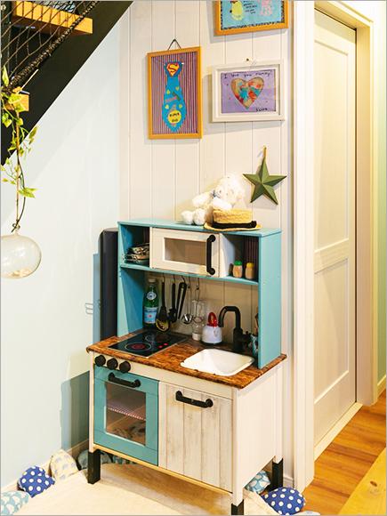 市販の子ども用キッチンもリビングの壁紙に合わせてDIY。