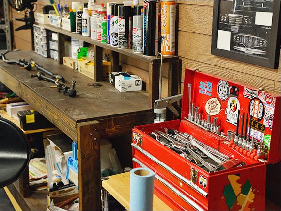 アメリカンガレージをイメージした、真っ赤な工具箱。