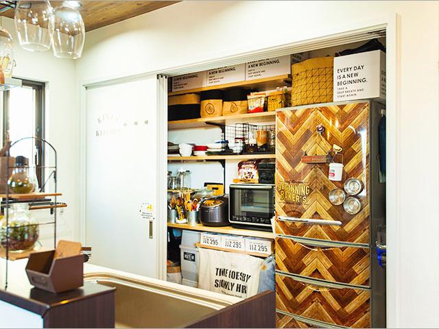 """キッチン背面は、引き戸式の収納を採用。生活感をカバー出来るので、""""お店っぽさ"""" がアップ!"""