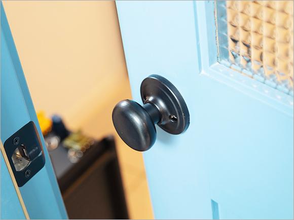 ドアは鮮やかなブルーをチョイス!