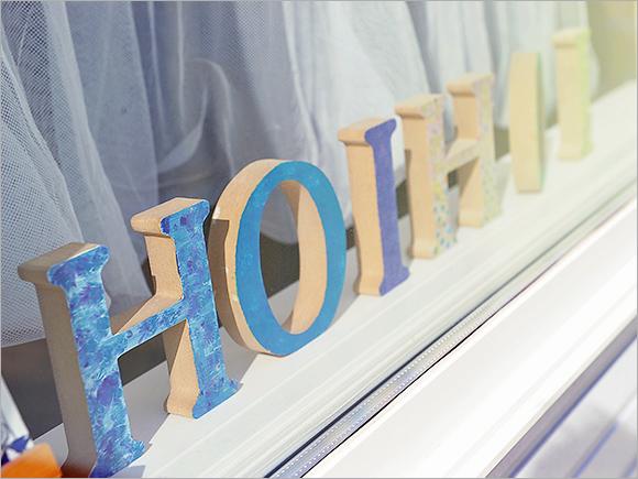 窓からhoi hoiのアルファベットオブジェがお出迎え♪