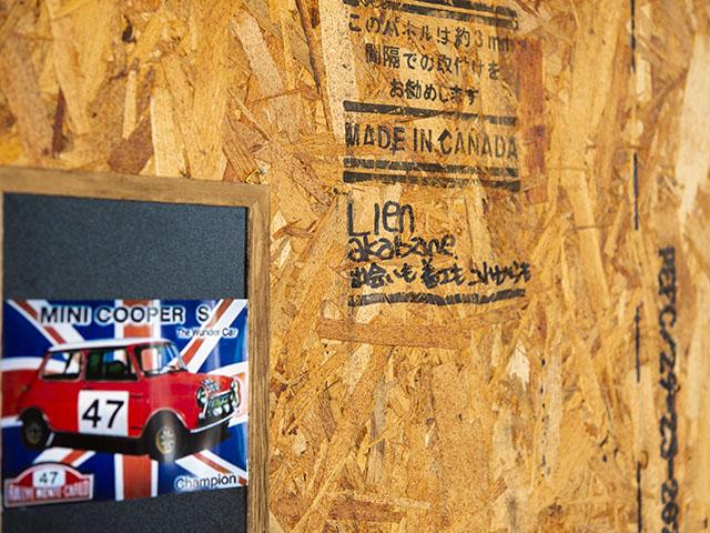 壁には家づくりに携わった大工さんや工務店のスタッフのサインが!