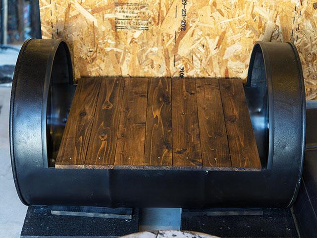 ドラム缶をリサイクルしたチェアも、渾身の作品