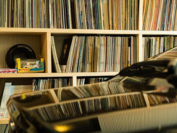 ガレージには、DIYで作った棚に車のカタログコレクションが並んだ趣味の空間が。