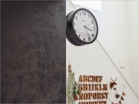 DIY(3)壁をマグネット塗料と黒板塗料で塗装、DIY(4)アルファベットのオブジェがいっぱいの壁面。