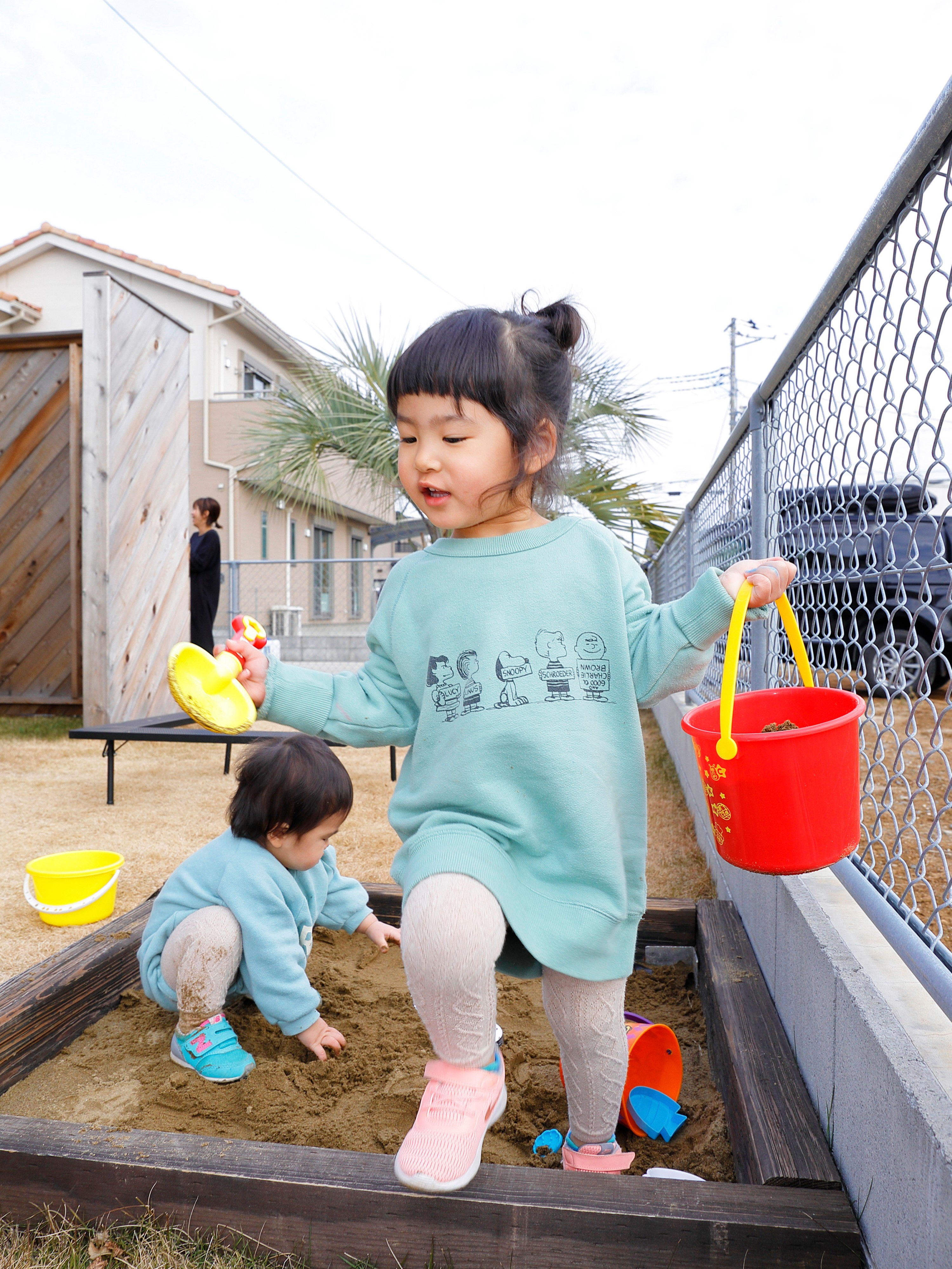 ご主人お手製の砂場で楽しそうに遊ぶ子供たち