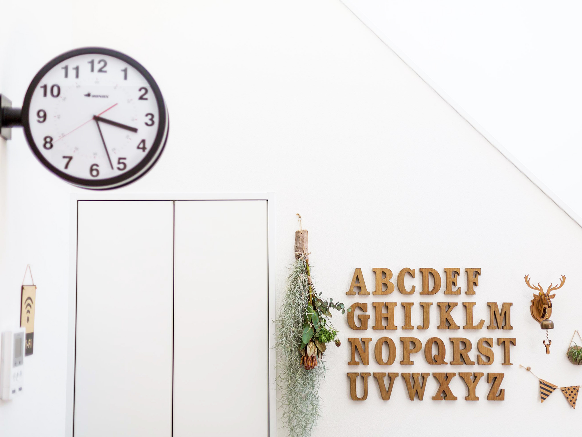 アルファベットのオブジェを貼って、壁も可愛らしく。